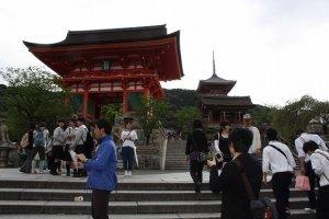 三年坂を登ると仁王像が安置される門、そしてその背後の三重塔が見えてくる