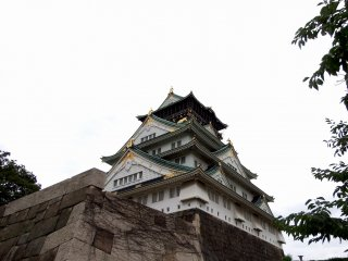 When you climb up the stone steps and go through the square section surrounded by stone walls, you can finally see the main tower of Osaka Castle up close