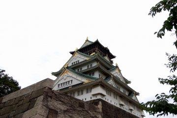 돌계단을 올라가서 돌담으로 둘러싸인 광장을 지나면 오사카성 주탑이 가까이서 보인다