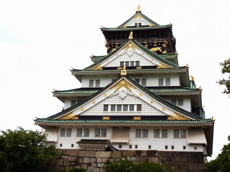 여러분이 광장 주변을 걷는 것을 끝냈을 때, 여러분은 마침내 오사카 성의 주요 탑 안으로 들어갈 준비가 되었다