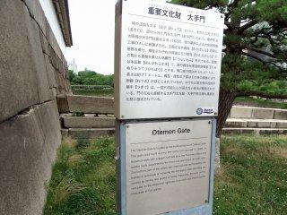"""Gerbang Otemon terletak di pintu masuk depan Kastil Osaka, yang berarti """"saya masuk dari belakang dan keluar dari depan""""! Ini bisa disebut pintu masuk resmi ke kastil dan dibangun pada tahun 1628, dan juga ditetapkan sebagai properti budaya penting Jepang."""