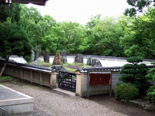 When I was standing in front of the main hall of Hōkoku Shrine, I found a garden with stones to the right of the shrine