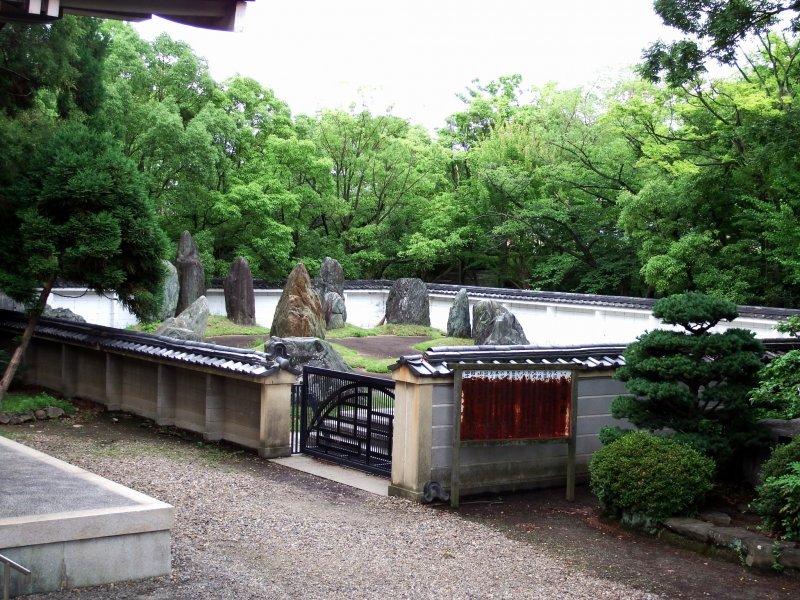 내가 호코쿠사당 본관 앞에 서 있을 때, 나는 사당 오른쪽에 돌이 있는 정원을 발견했다