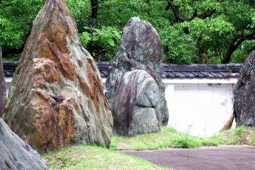 도쿠시마에서 채색된 돌. 도쿠시마 성의 돌담에 사용된 돌들도 이렇게 화려하다