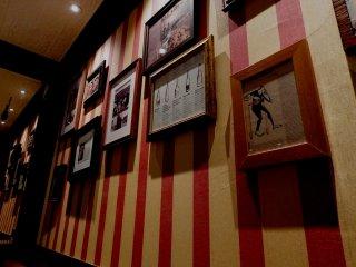 레트로 스타일 사진과 포스터들이 벽을 장식한다