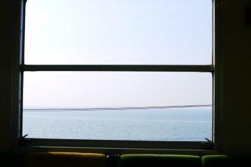 <p>窗外出現海景了!</p>