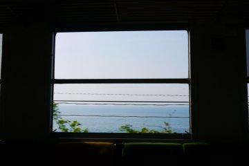 <p>車窗外出現海景囉</p>