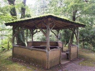 ในสวนมีศาลาและม้านั่งอยู่นับไม่ถ้วน เป็นที่นั่งผ่อนคลายที่ดี