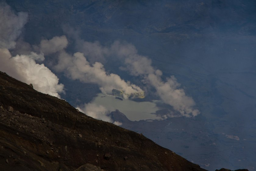 Gros plan sur le lac du cratère et ses cheminées