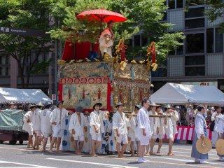 Yamabushi-Yama (山 伏 山) Trong buổi diễu hành Yamaboko Junko (山鉾巡行) ở Kyoto, 2012! Chiếc kiệu này được gọi là Yamabushi-yama vì nó trưng bày một con búp bê thần thánh của Yamabushi (một linh mục núi). Khi tòa tháp Yasaka năm tầng nổi tiếng của ngôi chùa Hokan-ji gần đền Kiyomizu bắt đầu nghiêng từ nhiều thế kỷ trước, một Yamabushi nổi tiếng tên là Yozokisho đã đặt tháp thẳng với sức mạnh tâm linh của mình