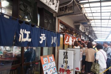 <p>Be prepared to cue up outside the restaurants at Tsukiji</p>