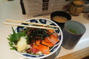 My own delicious bowl of sushi rice, topped with raw tuna and salmon roe, served with hot miso soup and green tea