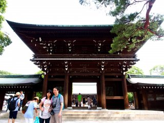 A popular tourist destination, the Meiji Shrine provides a dramatic and impressive backdrop for photos