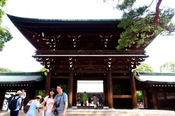<p>A popular tourist destination, the Meiji Shrine provides a dramatic and impressive backdrop for photos</p>
