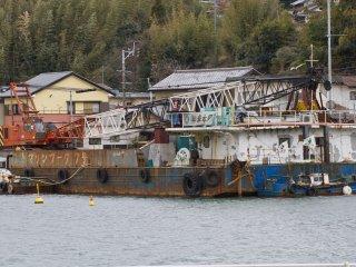 Vài chiếc tàu công nghiệp cũng đậu ở cảng