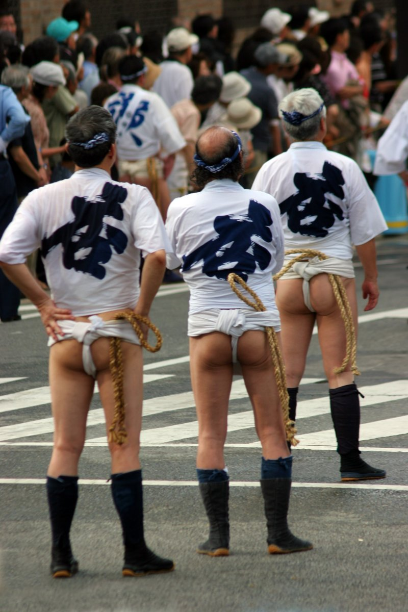 <p>參賽者皆穿著傳統服飾(ふんどし),準備競賽。</p>