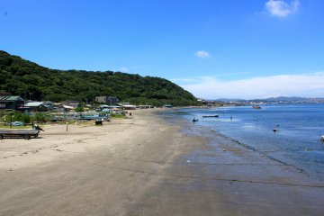 Hashimirizu Beach in Yokosuka is popular among leisurely swimmers and clam diggers
