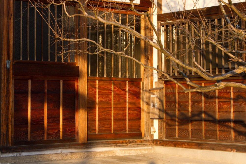 Ánh sáng mặt trời tạo ra bóng tối tuyệt vời trên các kiến trúc bằng gỗ cũ.