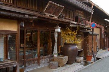 <p>도자기 가게 앞. 개인적으로 가게 입구 위에 있는 오래된 나무 판자 간판이 맘에 들었다.</p>