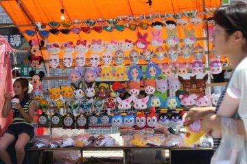 <p>Stalls selling kids toys are set up for Fukaya&#39;s Tanabata&nbsp;matsuri</p>