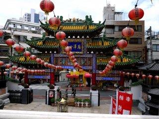 Lồng đèn màu đỏ treo trên hàng dây gắn với cánh cổng