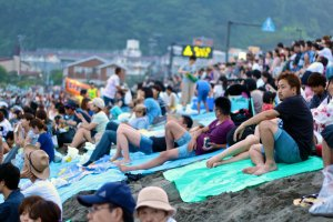 อีกสองชั่วโมงจะเริ่มงานแต่ชายหาดYuigahama ก็เต็มไปด้วยผู้คนมากมาย