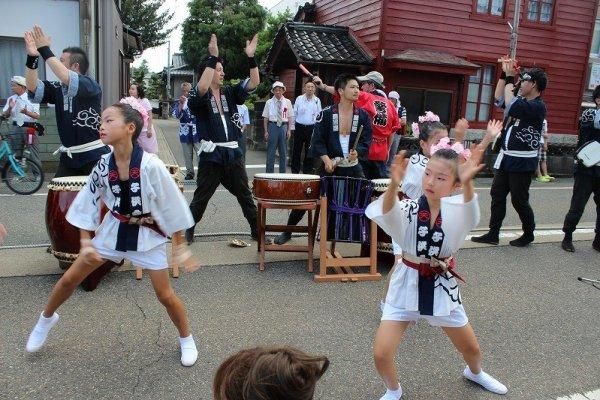 それぞれの本陣では子供の舞が披露される