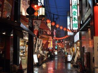 Une ruelle éclairée par la douce lueur des lampions dans le quartier chinois de Yokohama