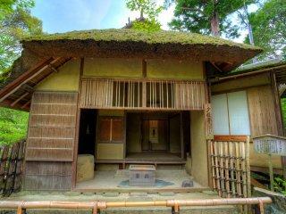 Rumah teh sederhana mencerminkan estetika wabi-sabi