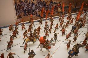 Exposições em miniatura representando eventos históricos em volta do castelo