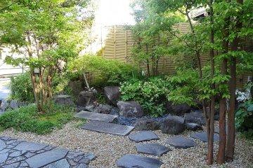 <p>สวนหน้าบ้าน ที่มีรั้วเตี้ยๆ เลยถูกแอบมอง</p>