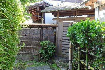 <p>ประตูรั้วบ้านของแต่ละหลังเป็นอีกสิ่งหนึ่งที่น่าดูชม</p>