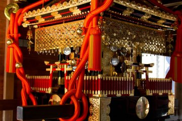 <p>Mikoshi (portable shrine)</p>