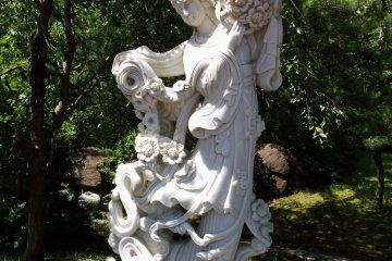 Эта скульптура украшает маленький садик у основания Дайканнон
