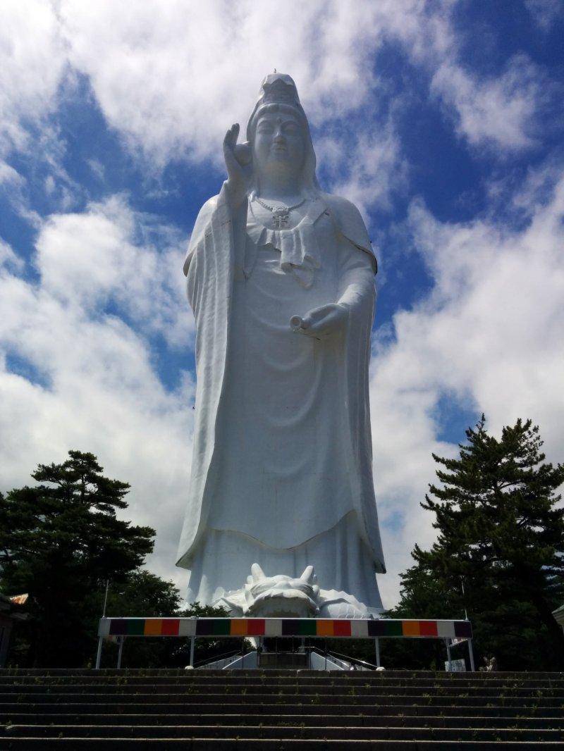 Статуя Дайканнон, вид спереди