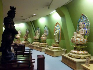 The first floor hallway features 33 kannon statues and statues corresponding to the 12 zodiac animals