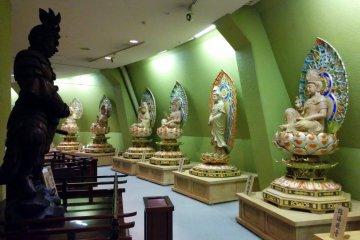На первом этаже расположен зал с 33 статуями каннон, соответствующим 12 знакам зодиака