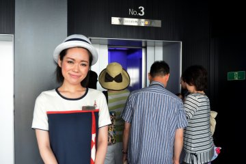 <p>The elevator lady with a pretty smile</p>