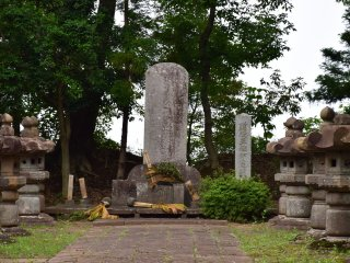 The grave yard of the Date clan is gated and not open for public, but I could see their grave stones through its iron gate. Tsunamura's tomb stone is huge and tall, accompanying by lined stone lanterns on both sides.