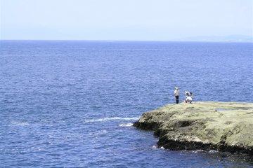 <p>江之岛稚儿渊一带据说能看到最美的海景:好多钓鱼爱好者</p>