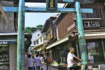 <p>去往江岛神社的商业街入口</p>