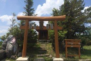 山の中腹につくとまず神社がありました