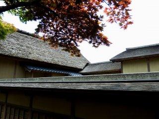 Rumah-rumah tradisional Jepang dengan atap jerami dari Yokokan Villa