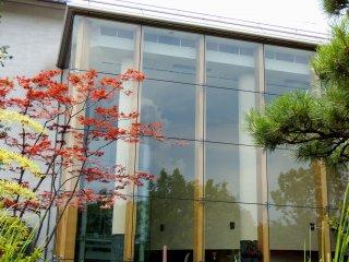 Вид сбоку на Исторический музей Фукуи. Его интерьер можно увидеть через стеклянные окна