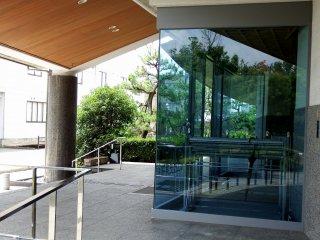 Вход в музей также сделан из стекла