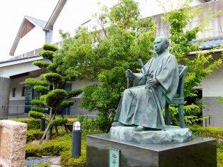 Статуя Мацудайры Сюнгаку, 16-го главы клана Мацудайра Фукуи, стоит перед Историческим музеем Фукуи