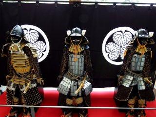 Три куклы самураев в броне выставлены в вестибюле музея