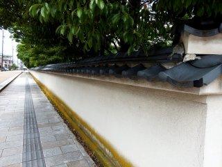 Longas paredes brancas da Casa e JardimYokokan