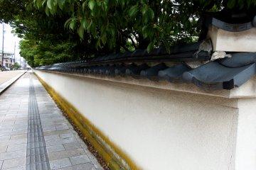 요코칸 빌라와 가든의 길고 하얀 벽들
