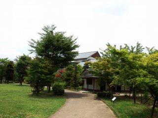 Pode ver o Museu de História da Cidade de Fukui no fim do caminho no parque Osensui